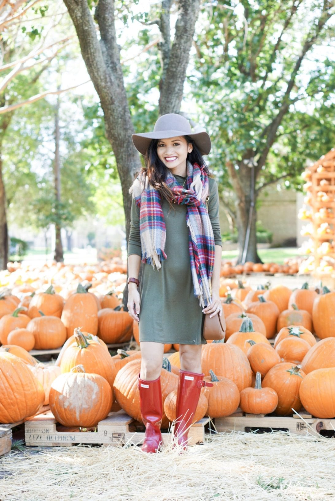 hunter boots, hunter boots outfit, holiday outfits, how to wear hunter boots, christmas outfits with hunter boots, gift guide for her, red hunter boots, hunter boots for the holidays, green dress, blanket scarf