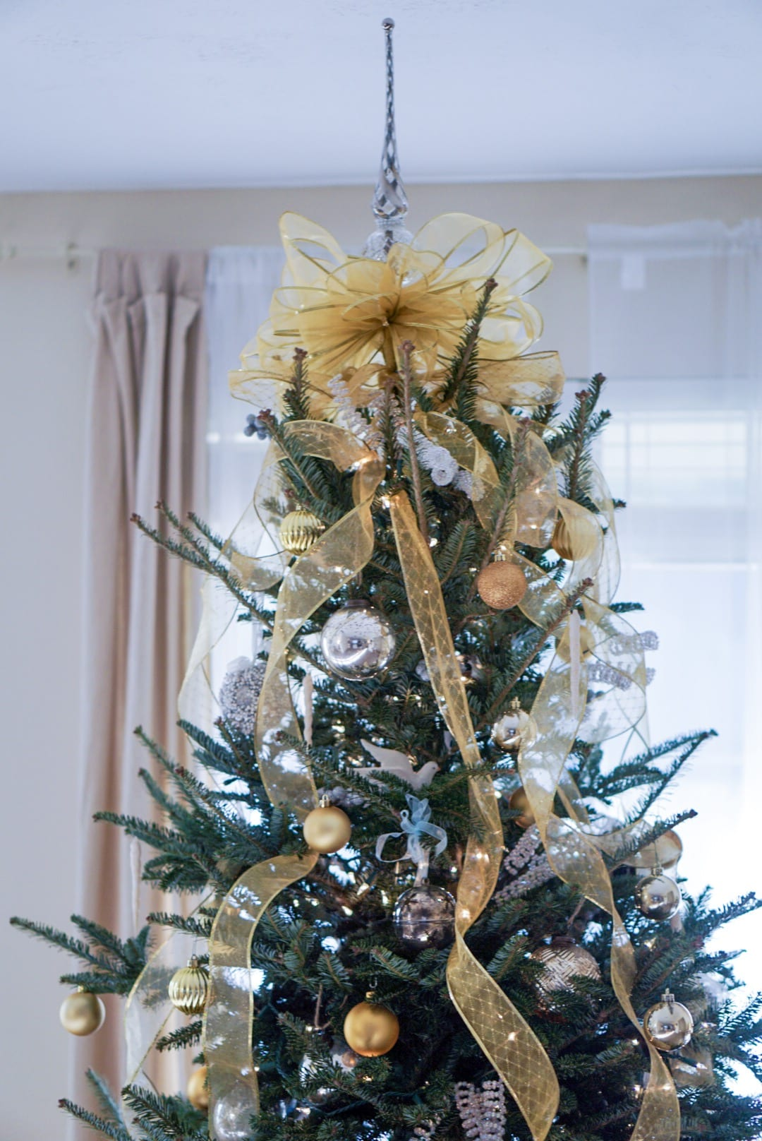 gift guide for the home, christmas decor, home holiday decor, Fraser fir tree, real christmas tree, Christmas tree decor, gold and silver christmas tree