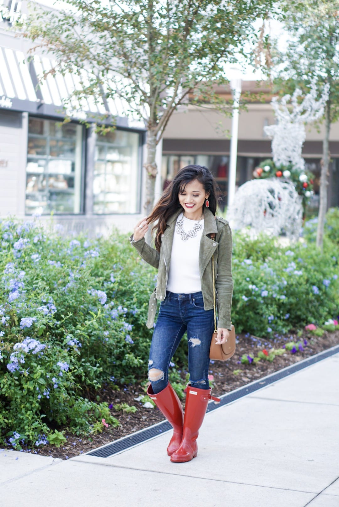 hunter boots, hunter boots outfit, holiday outfits, how to wear hunter boots, christmas outfits with hunter boots, gift guide for her, red hunter boots, hunter boots for the holidays, blank NYC sued moto jacket