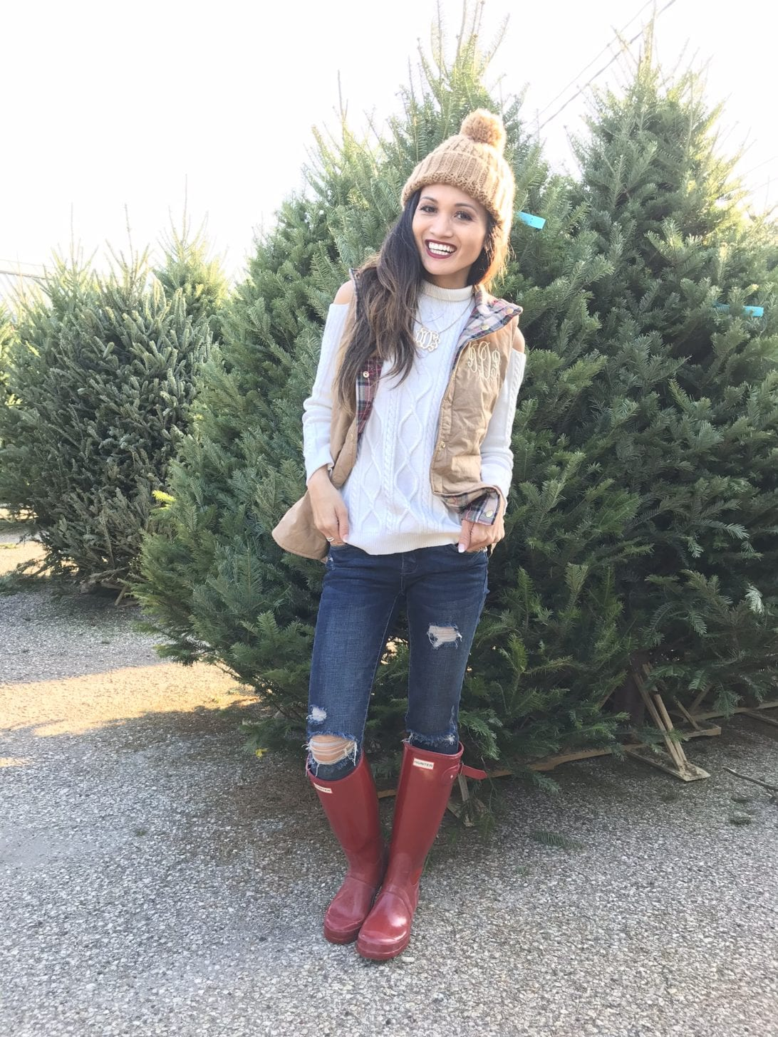 hunter boots, hunter boots outfit, holiday outfits, how to wear hunter boots, christmas outfits with hunter boots, gift guide for her, red hunter boots, hunter boots for the holidays