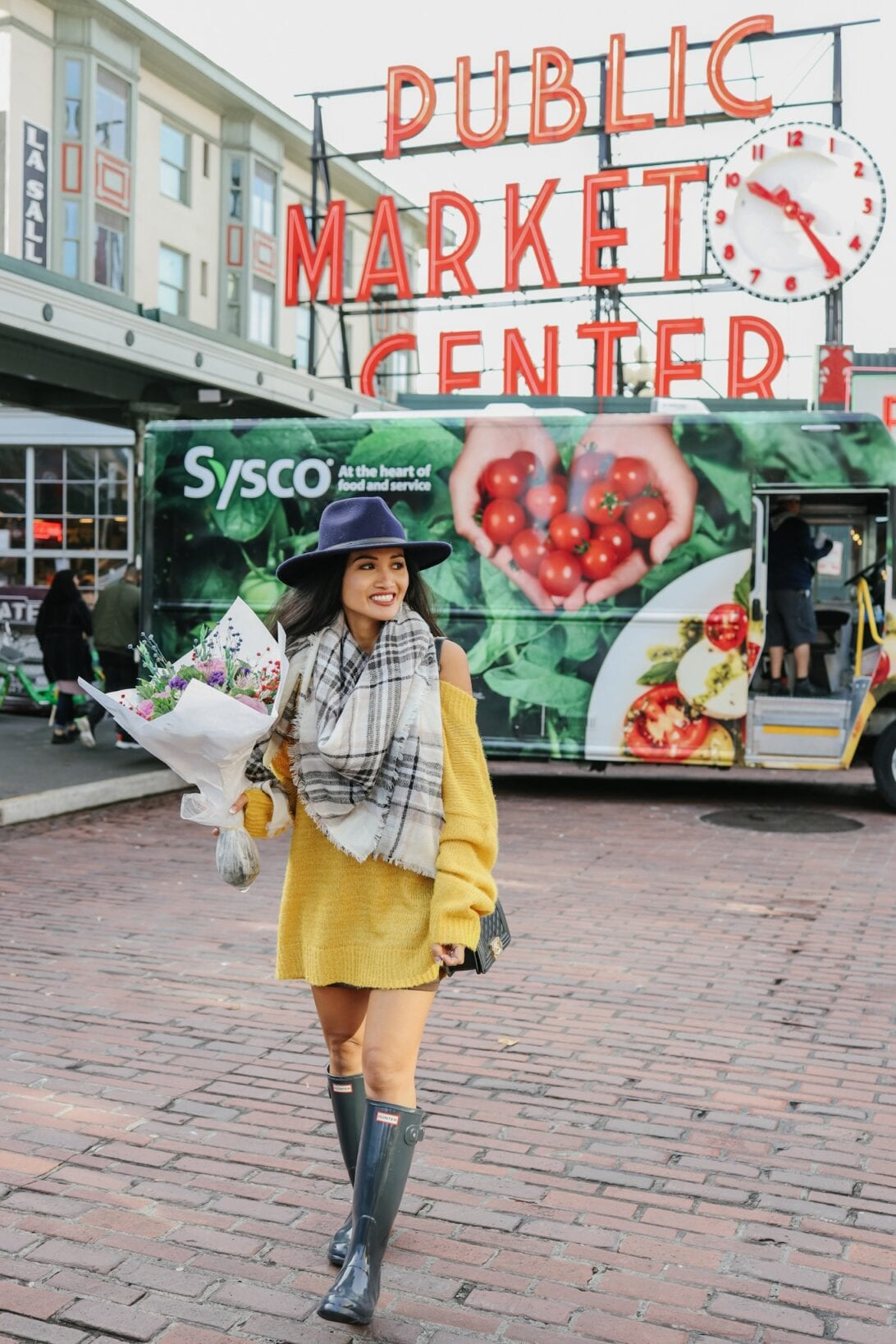Seattle, Washington, Things to do in Washington, fall sweater dress, yellow sweater dress, hunter boots, grey hunter boots, plaid scarf, Pike Place flowers