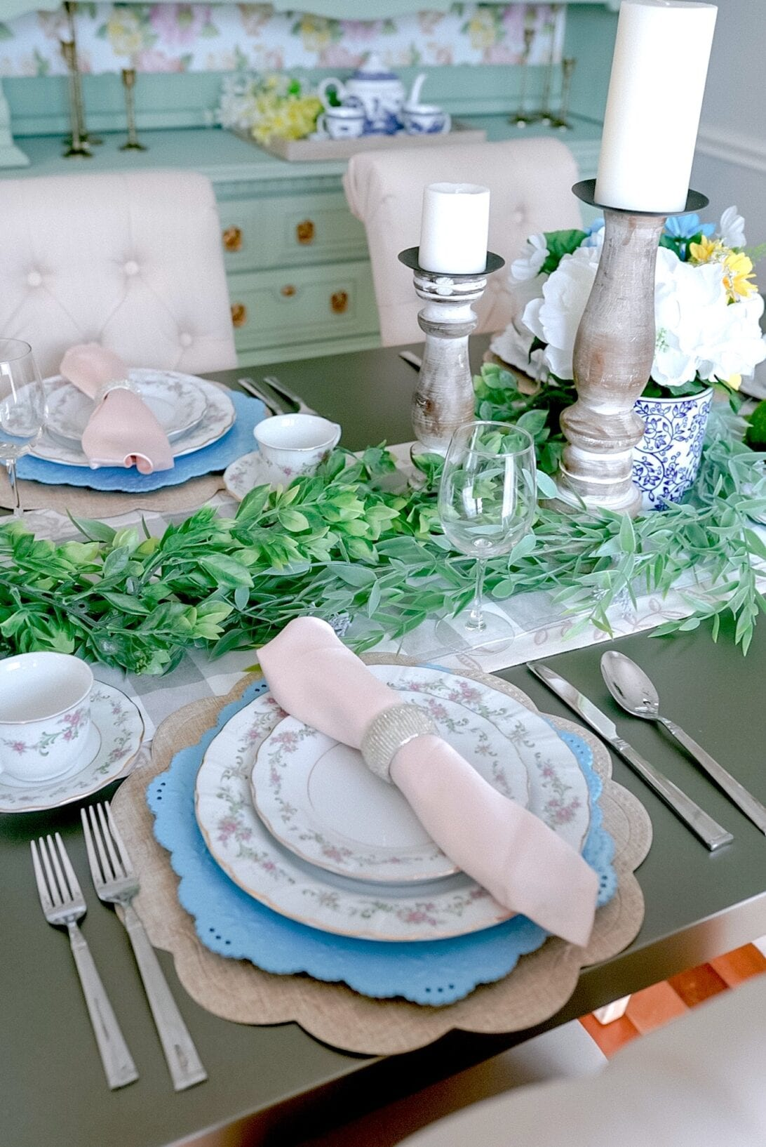summer table setting, tablescape, green garland, blue chargers
